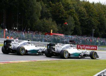 Momento crucial do GP da Bélgica: Rosberg, por fora, toca em Hamilton (Foto Mercedes Benz Media)