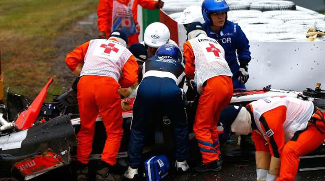 A remoção de Jules Bianchi do carro acidentado (Foto extraída das redes sociais)