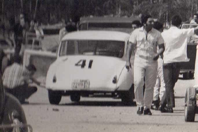 """Dá para ver que há um """"rebocador"""" na frente do DKW, o Candango 4 da Cota, nessa caso puxando o carro de corrida mediante um cambão; a foto foi feita no paddock do Autódromo do Rio (foto: arquivo pessoal de Bob Sharp)"""
