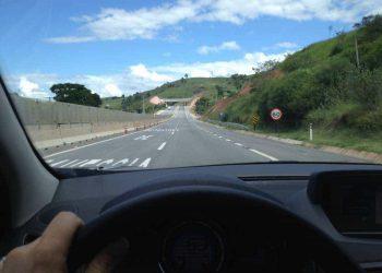Na rodovia dos Tamoios, duplicada em parte recentemente,, a velocidade-limite de 80 km/h cai bruscamente para 60 km/h.