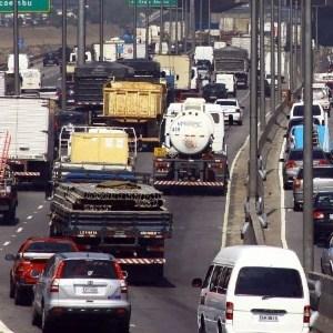 Carros e veículos pesados podem conviver pacificamente, basta querer (foto noticias.uol.com.br)