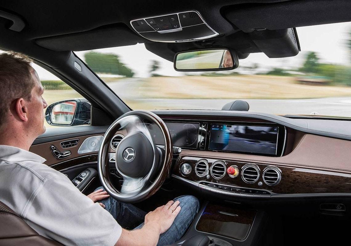 Mercedes-Benz S 500 INTELLIGENT DRIVE - autonom durch Überland- und Stadtverkehr  Mercedes-Benz S 500 INTELLIGENT DRIVE - autonomously through country roads and inner-city traffic