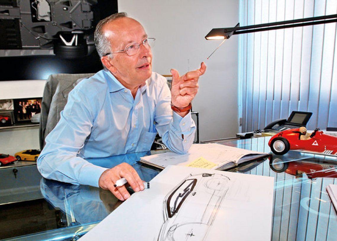 O Walter de Silva e' um otimo desenhista, com muita sencibilidade no traco e pratica diariamente. Ele tinha uma prancheta no seu elegante  office em WOB. Viveu o sonho/drama de ser o chefe Designer do GRUPO Volkswagen. Imagem: auto-motor-und-sport.de