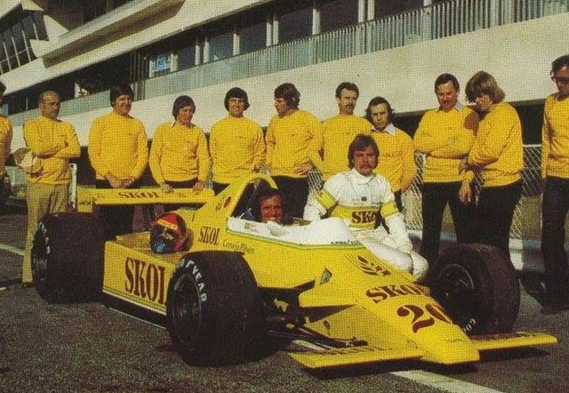 A equipe com o F7 e os dois pilotos (Foto: Pinterest)